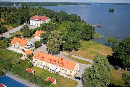 Ulvhälls Herrgård by Mälaren - Castle