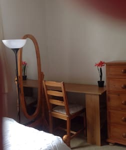 Twin room in a lovely clean house - Wembley - Bed & Breakfast