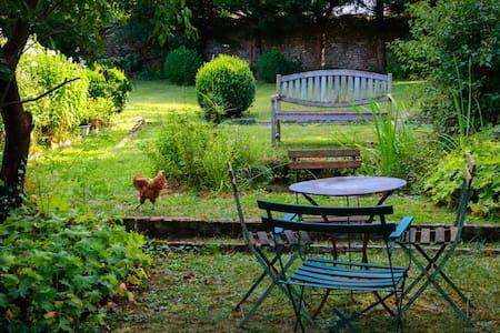 LA MAISON ROUGE, dans son jardin vert.... - Saint-Loup-sur-Aujon