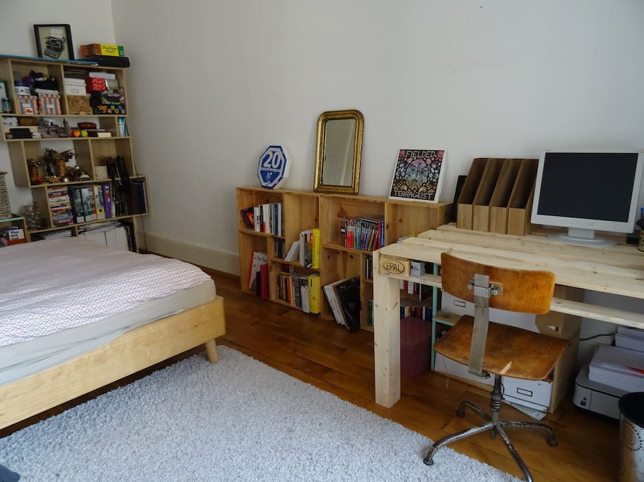 The bedroom with the desk and computer