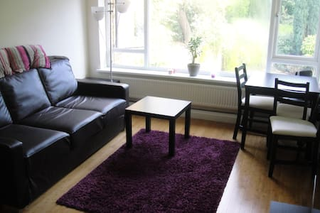 Double bedroom with large desk in equipped house - Huoneisto