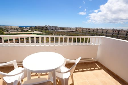 Sunny top floor flat with sea views