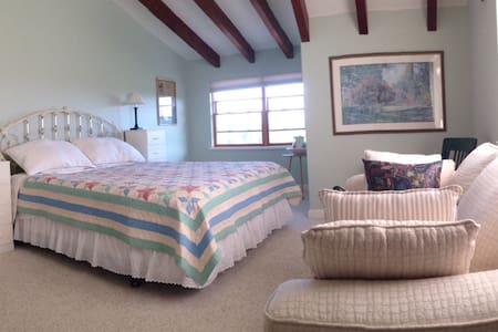 Comfortable Country Bedroom - Hus