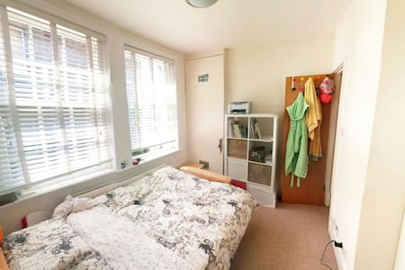 Double bedroom with its own shower - Londen - Appartement