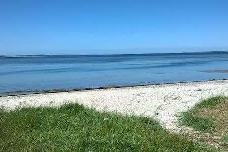 Dejligt sommerhus, tæt på børnevenlig badestrand - Farsø - Stuga
