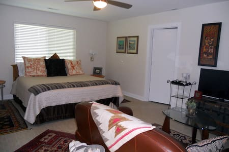 ARTFUL KING SUITE /BEACH & DOWNTOWN