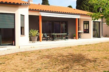 Villa moderne rez de jardin, parking privé. - House
