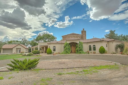 Luxury Villa in Mid Valley Airpark! - Los Lunas
