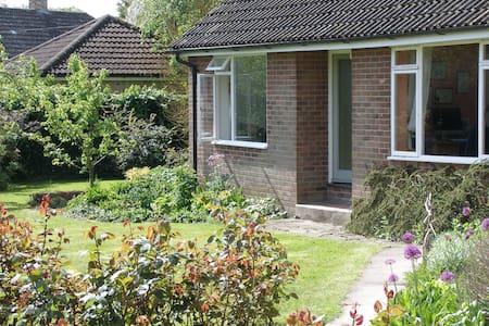 The Garden Cottage, Stapleford - Hus