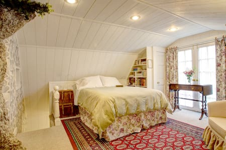 """Upstairs """"English Cottage Room"""" - Puyallup - House"""