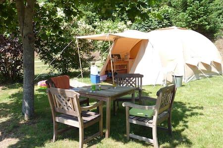 Ingerichte tent op kleine camping - Çadır