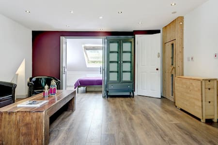 One bedroom flat in family house - Londres - Loft