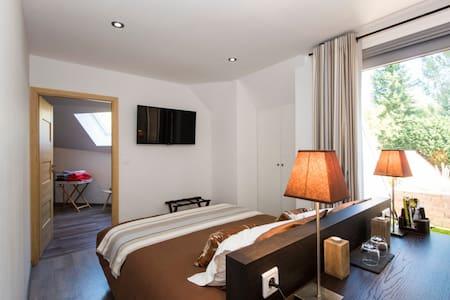 Chambre avec repas,petit déjeuner et accès piscine - Bed & Breakfast