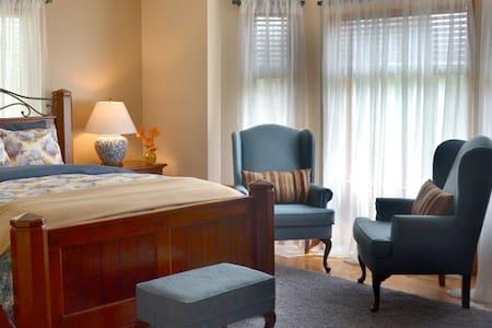 Queen bedroom Flathead Lake! Indoor pool! Sauna! - Szoba reggelivel