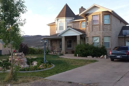 Spacious 3250sq' Victorian Home Near Zion National - Toquerville - House