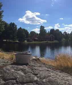 Fantastiskt boende vid sjö - Storebro - Bed & Breakfast