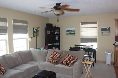 Beautiful 2 bedroom townhouse w/ garage - Omaha