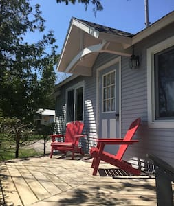 Charming Waterfront Guest Cottage - Petoskey - Cabin