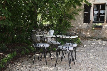 Au Mas de Quissac: La Minérale - Bed & Breakfast