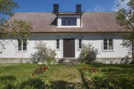Charming old house near ocean B&B - Klintehamn - Bed & Breakfast