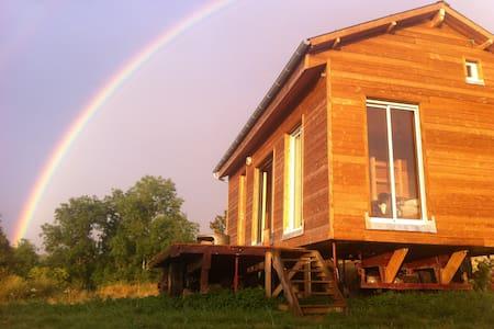 Maison en bois dans un pré - House