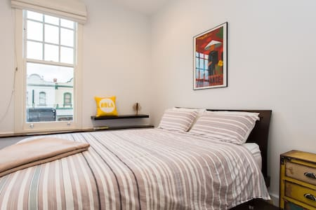 Stylish Apartment with City Views! - North Melbourne - Apartment