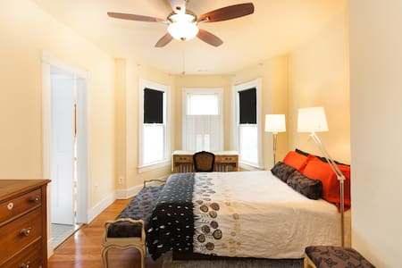 Capitol Hill sunny bay window suite - House