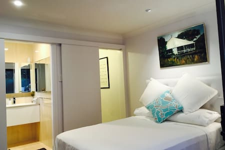 Beautiful separate private 1B suite - Balmain - Maison