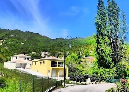 Villa moderne et confortable au coeur du village - Maison