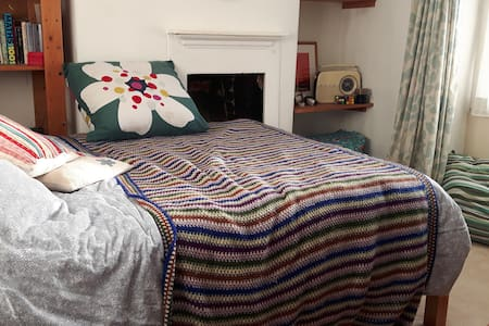 big, comfortable room, quiet street in town centre - Bed & Breakfast
