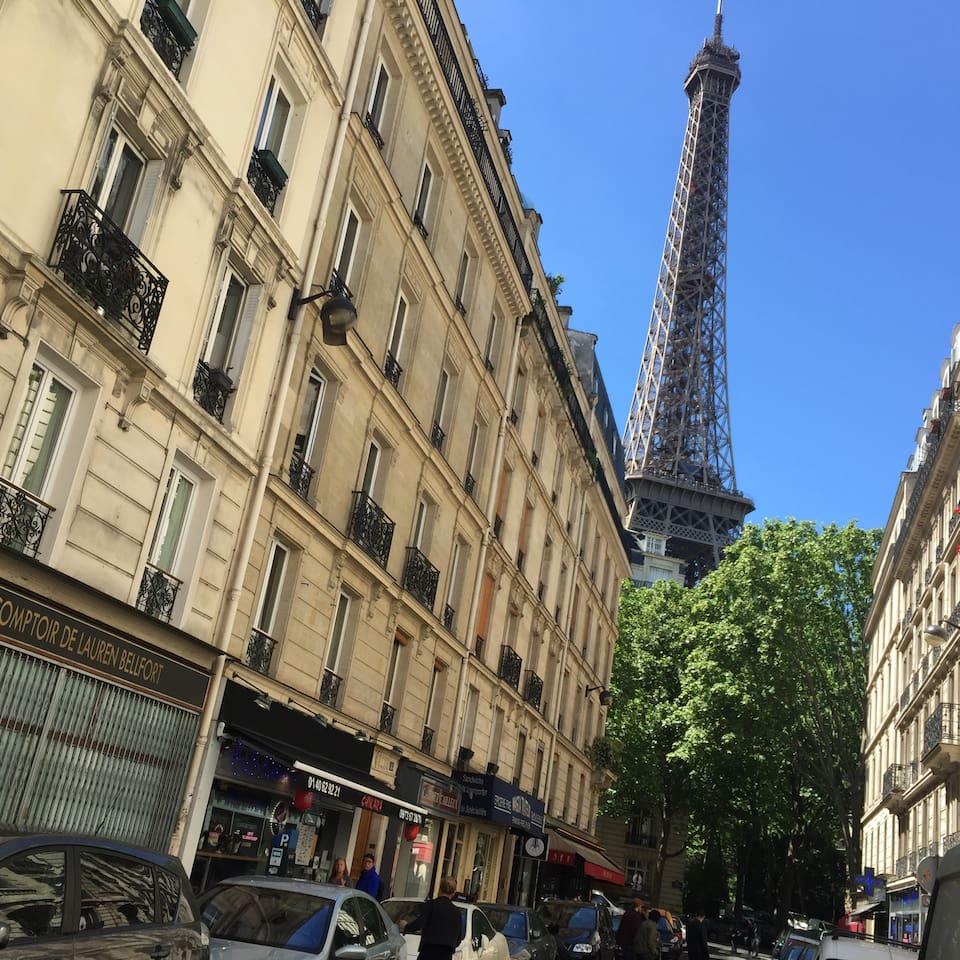 Appart au pied de la tour eiffel apartments for rent for Chaise pied tour eiffel
