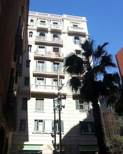 Clean and new 140x200 bed in a private room with a wardrobe and its own toilet. Shower is shared. On request the kitchen can be used. Located in the middle of BCN, next to the music palace and near the cathedral.