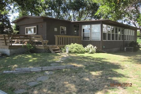 Lake Poinsett Cabin Rental - Lake Norden - Cabaña