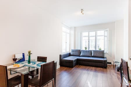 Located just on the top of Warren Street Station, this stunning apartment offers self-catering accommodation. The Oxford Street is just 12 - minutes walk from the apartment and Regent's Park is only 5min