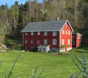 Charming farmhouse by fjord - Kristiansund
