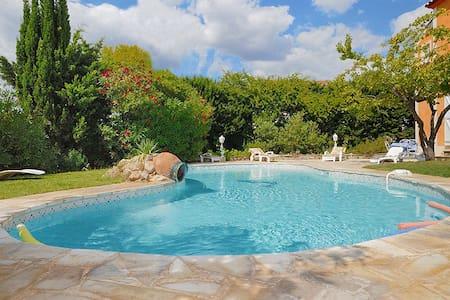 Villa mit Pool in idyllischem Dorf - Villa