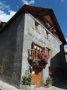 Ancien Hotel, Artists. Room  8 - Saint-Dalmas-le-Selvage - Bed & Breakfast