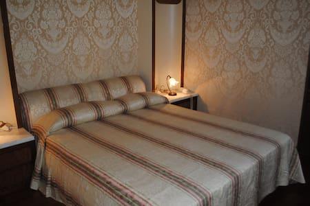 Dimora ottecentesca centro storico1 - Agliano Terme - Bed & Breakfast