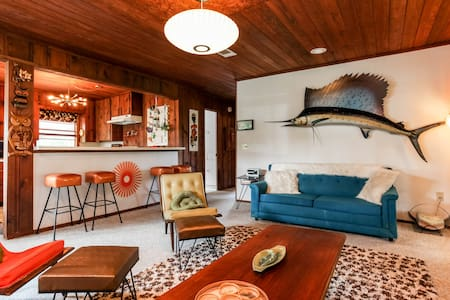 Groovy 60's Waterfront Lake House - Casa