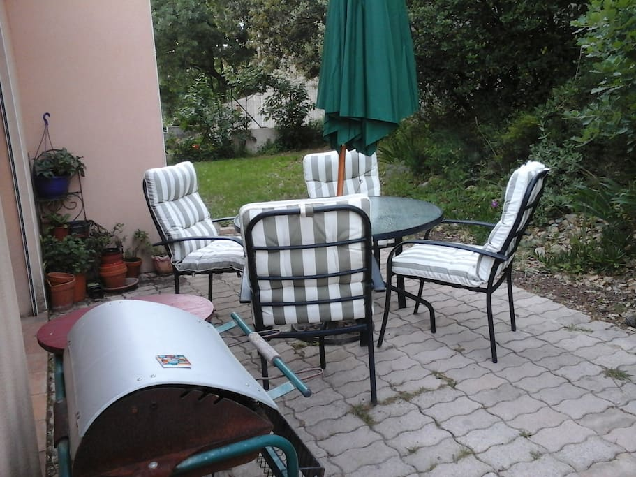 Terrasse nord ombragée avec barbecue