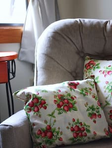 Strawberry Room at The Bluff House - Bed & Breakfast