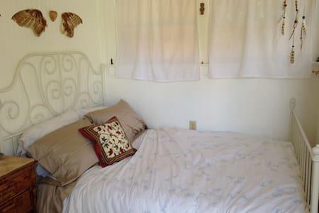 Small downtown room, shared bath - Santa Barbara - House