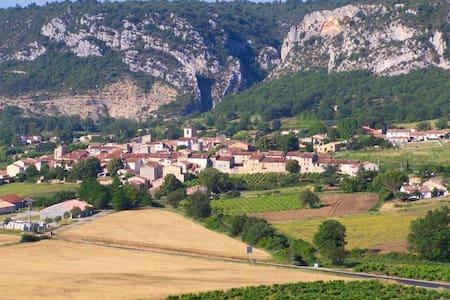 Belle maison de village a Quinson - House