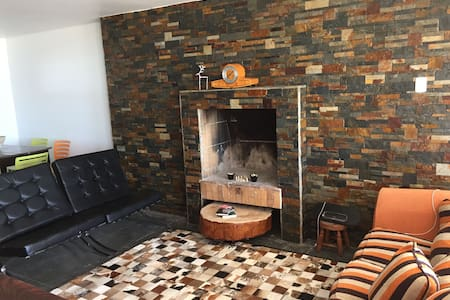 Spacious apartment in Playa Amarilla with 3 bedrooms all with sea view, living room with stone wall, fireplace and huge terrace to watch the sunset over the Pacific Ocean. Just 5 minutes in car to the center of Concon and 25 minutes of Valparaiso.