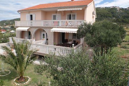4**** luxury ROOM with own bath, balcony and WIFI - Mundanije - Villa