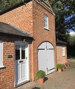Delightful character coach house - Alford - House