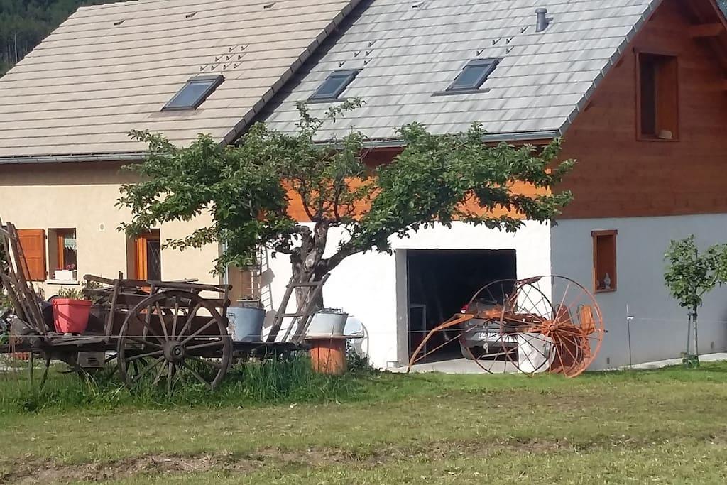 """vue sur la"""" petite maison""""!!de la route d'accès en provenance de Crots!"""