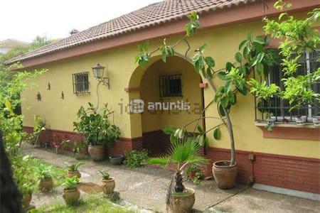 Encantadora Casa Con Amplio Jardín - Casa