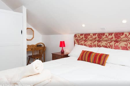Welcome to Toomullin House, the family-run B&B that offers rooms with free Wi-Fi, secure parking & tea/coffee facilities in rooms. Great guide advice. Doolin is the traditional Irish music capital and Toomullin is within Doolin's Magic Circle.