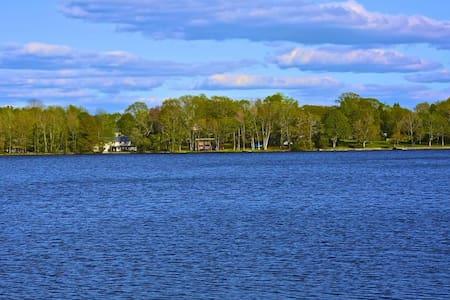 Lakefront getaway!  - Casa